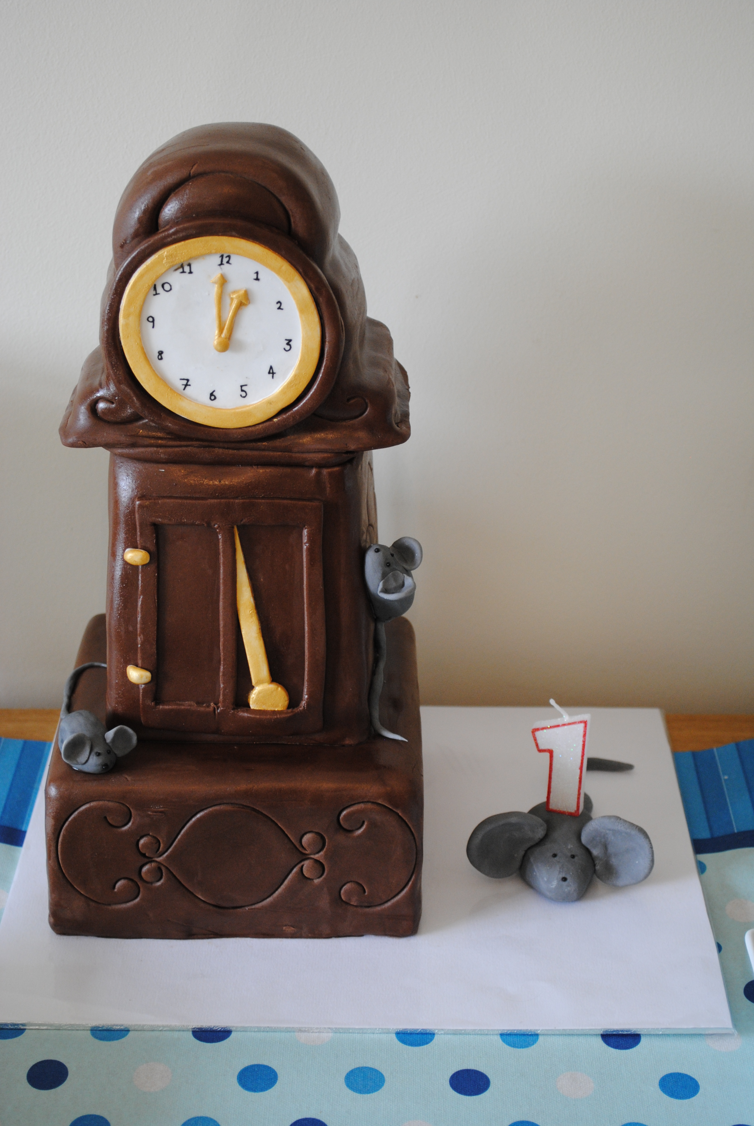 hickory dickory dock These hickory dickory dock activities are sure to be a crowd pleaser while children learn rhyming words and word families to students it is part of a series of nursery rhyme lesson plans.